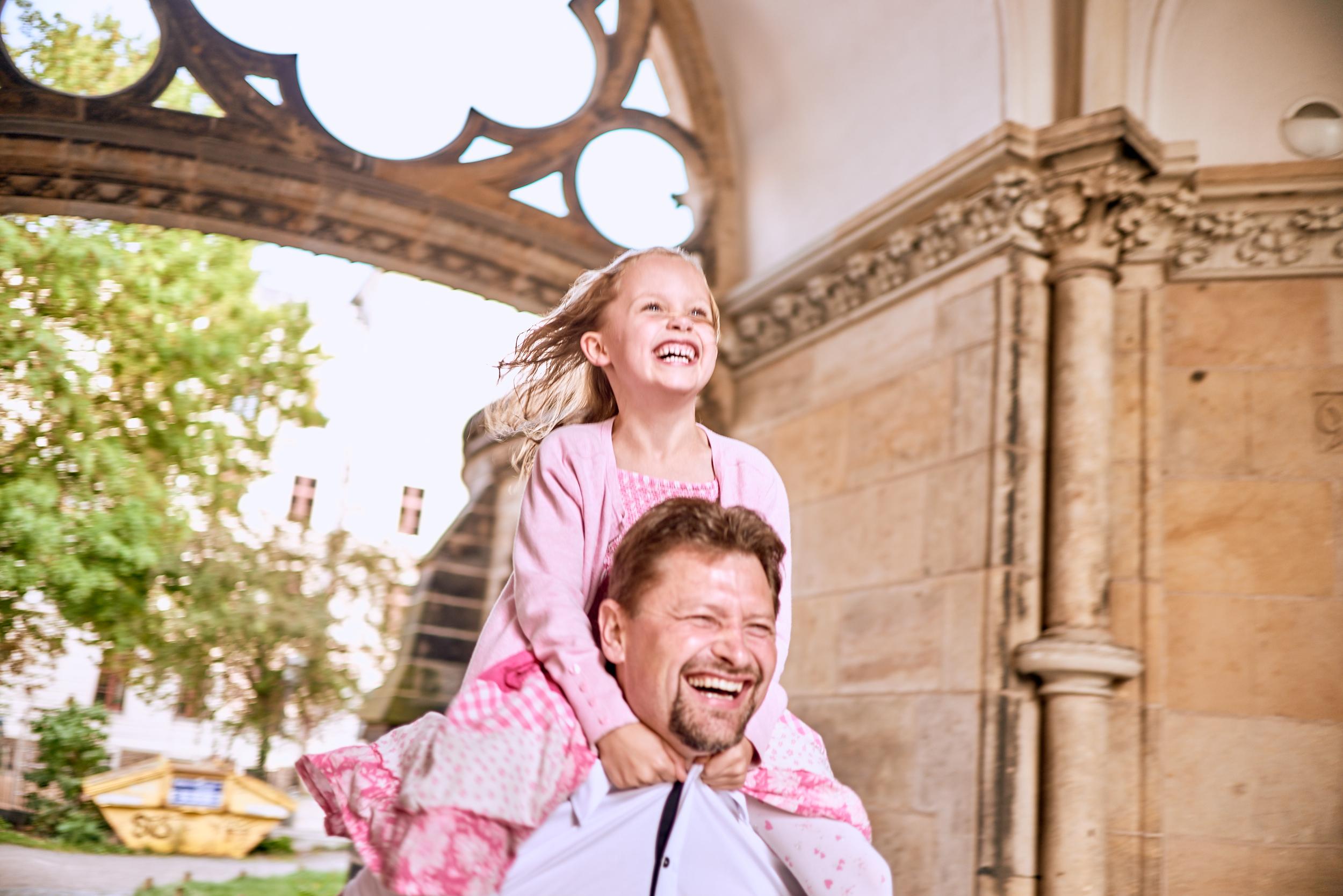 Fröhliches Kind mit Vater in der Südvorstadt Leipzig