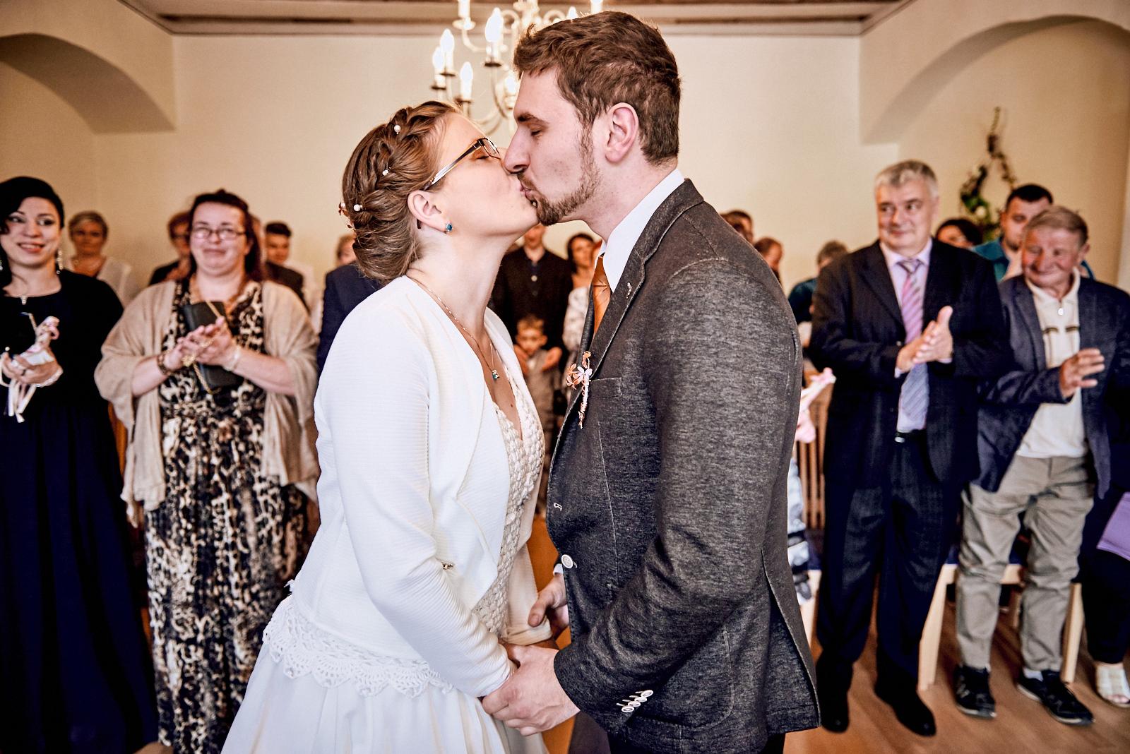 Hochzeit Grimma Fotograf Braut und Bräutigam Kuss